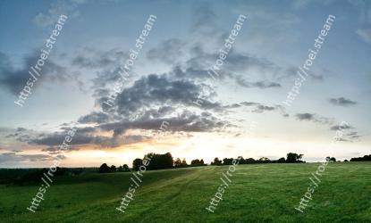 Sky,Cloud,Natural landscape,Nature,Grassland,Pasture,Green,Daytime,Atmospheric phenomenon,Horizon