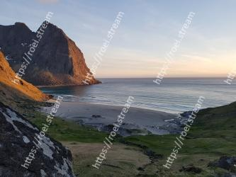 Body of water,Coast,Headland,Sea,Cliff,Coastal and oceanic landforms,Sky,Promontory,Ocean,Klippe
