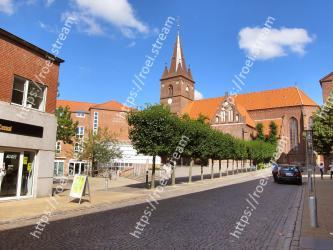 Town,Building,Neighbourhood,Property,Human settlement,City,Residential area,Public space,Architecture,Thoroughfare
