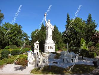 Landmark,Historic site,Memorial,Tree,Monument,Statue,Building,Architecture,Tourism,Temple